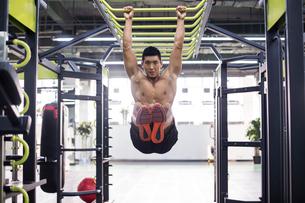 Young man exercising at gymの写真素材 [FYI02945519]