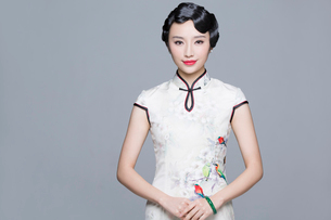 Portrait of young beautiful woman in traditional cheongsamの写真素材 [FYI02945527]