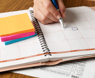 Person Noting Down Tax Return Dateの写真素材 [FYI02945532]