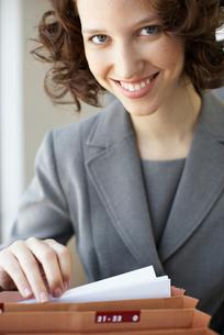 Businesswoman going through filesの写真素材 [FYI02945548]