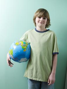 Boy Holding Inflatable Globeの写真素材 [FYI02945588]