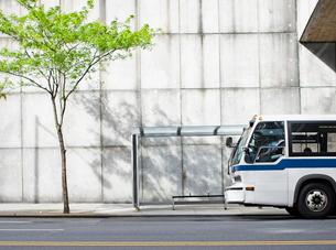 Bus at Bus Stopの写真素材 [FYI02945614]