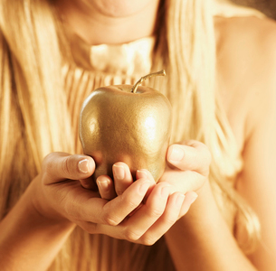 Golden Apple in Woman's Handsの写真素材 [FYI02945653]