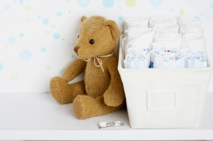 Teddy bear beside cloth diapersの写真素材 [FYI02945670]