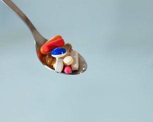 Pills on Spoonの写真素材 [FYI02945675]