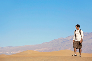 Young man hiking in desertの写真素材 [FYI02945751]