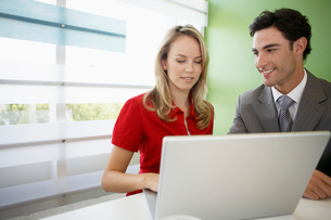 Woman and man using laptopの写真素材 [FYI02945761]
