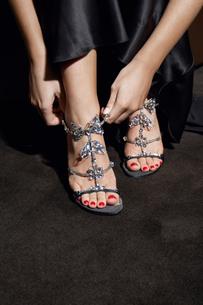 Woman putting high heel shoes onの写真素材 [FYI02945776]