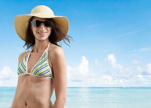 Young Woman in Beach Attireの写真素材 [FYI02945813]