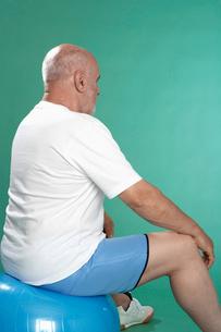 Senior man exercising on Swiss ballの写真素材 [FYI02945814]