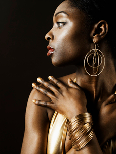 Young Woman Wearing Gold Jewelryの写真素材 [FYI02945819]