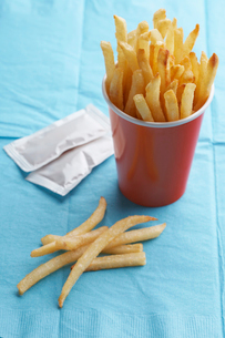 French fries in paper cupの写真素材 [FYI02945843]