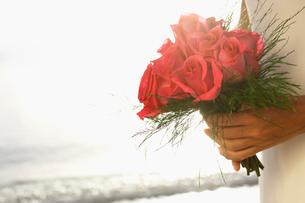 Bride holding bouquet (focus on flowers)の写真素材 [FYI02945882]