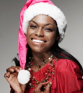 Mid-Adult Woman Wearing Santa Hatの写真素材 [FYI02945944]