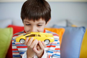 Boy playing with toy carの写真素材 [FYI02945946]