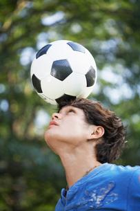 Teenager balancing ball on foreheadの写真素材 [FYI02946002]