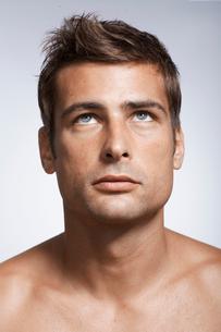 Mid adult man looking upの写真素材 [FYI02946019]