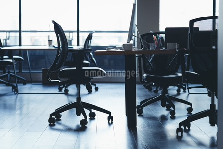 Desk with chairs and table in officeの写真素材 [FYI02946069]