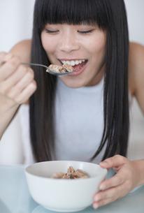 Mid-Adult Woman Eating Breakfast Cerealsの写真素材 [FYI02946070]