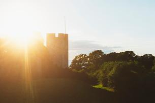 Sunbeam over town wall in Visby, Swedenの写真素材 [FYI02946095]