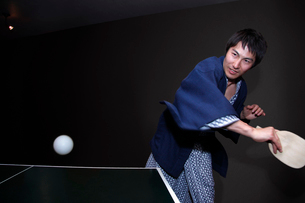 浴衣を着て卓球をする男性の写真素材 [FYI02946223]