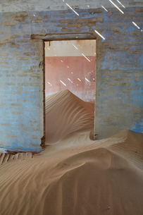 A view of a room in a derelict building full of sand.の写真素材 [FYI02946232]