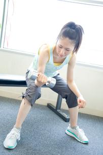 トレーニングをする女性の写真素材 [FYI02946237]