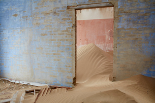 Interior of an abandoned building full of sand.の写真素材 [FYI02946322]