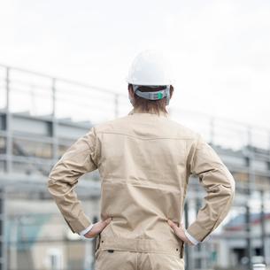 工事現場を眺める作業員の後姿の写真素材 [FYI02946324]