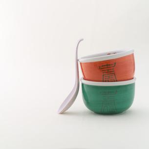 ラーメンドンブリとレンゲの写真素材 [FYI02946377]