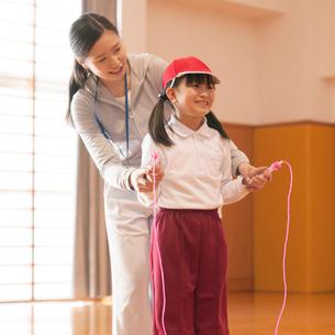 縄跳びの指導を受ける小学生の写真素材 [FYI02946406]