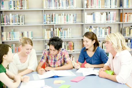 図書室で勉強する学生たちの写真素材 [FYI02946424]