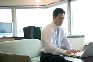 パソコンのキーボードを打つビジネスマンの写真素材 [FYI02946429]