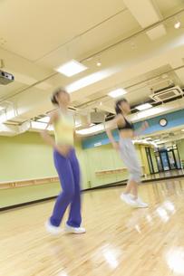 エクササイズをする日本人女性の写真素材 [FYI02946443]