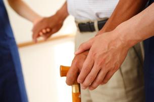 シニア男性の手を引く介護士の写真素材 [FYI02946546]