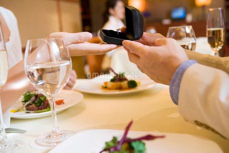 レストランで女性に指輪を渡す男性の写真素材 [FYI02946588]
