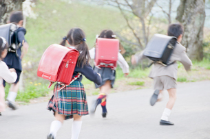 走る新入学生の写真素材 [FYI02946742]