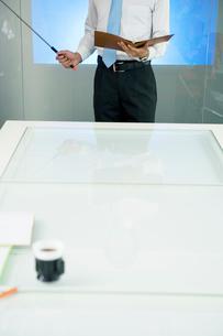 プレゼンをするビジネスマンの写真素材 [FYI02946757]