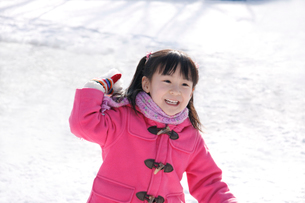 雪を投げて遊ぶ女の子の写真素材 [FYI02946759]