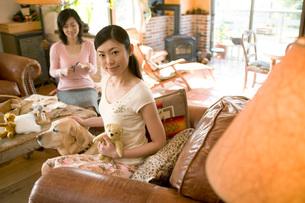 女性と犬の写真素材 [FYI02946794]