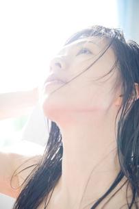 髪を乾かす女性の写真素材 [FYI02946849]