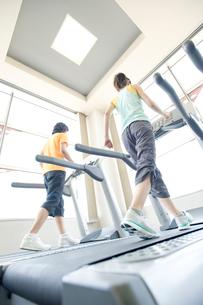 トレーニングをする男女の写真素材 [FYI02946857]