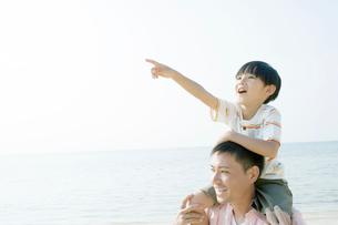 父親の肩車の上で遠くを指差す息子の写真素材 [FYI02946877]