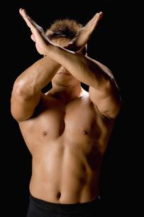 腕でバツ印を作る男性の写真素材 [FYI02946881]