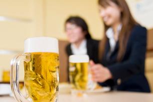 ジョッキに入ったビールの写真素材 [FYI02946925]