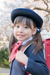 ランドセルを背負った笑顔の新入学生の写真素材 [FYI02946948]