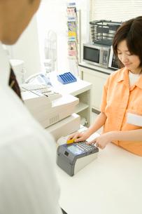 カードで支払いをする男性と店員の写真素材 [FYI02946966]