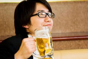 ビールを飲む男性の写真素材 [FYI02946975]