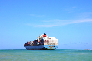 出港する貨物船の写真素材 [FYI02946984]