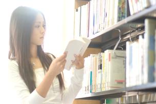 本を読む女性の写真素材 [FYI02947046]